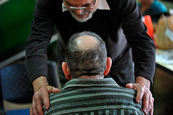 Imagen de archivo de un paciente con parkinson siendo atendido. | DA