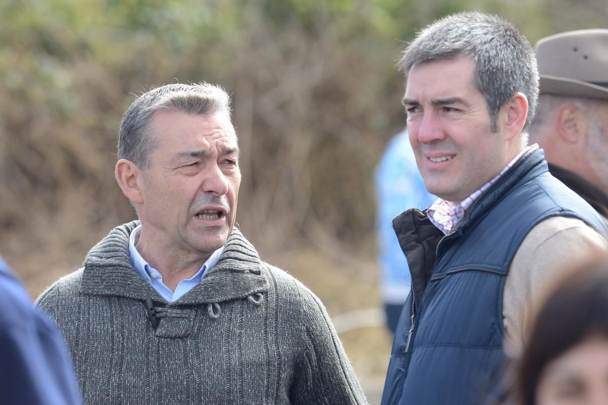 Rivero y Clavijo, juntos, cuando el primero era presidente del Gobierno y el segundo alcalde lagunero, durante una competición de arrastre de ganado. / SERGIO MÉNDEZ