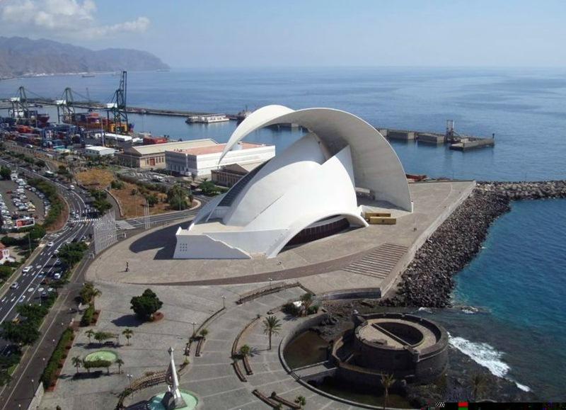 De los 4.444 millones de pesetas previstos para el Auditorio, al final se gastaron unos 16.000; al lado su autor, Santiago Calatrava. DA / EP