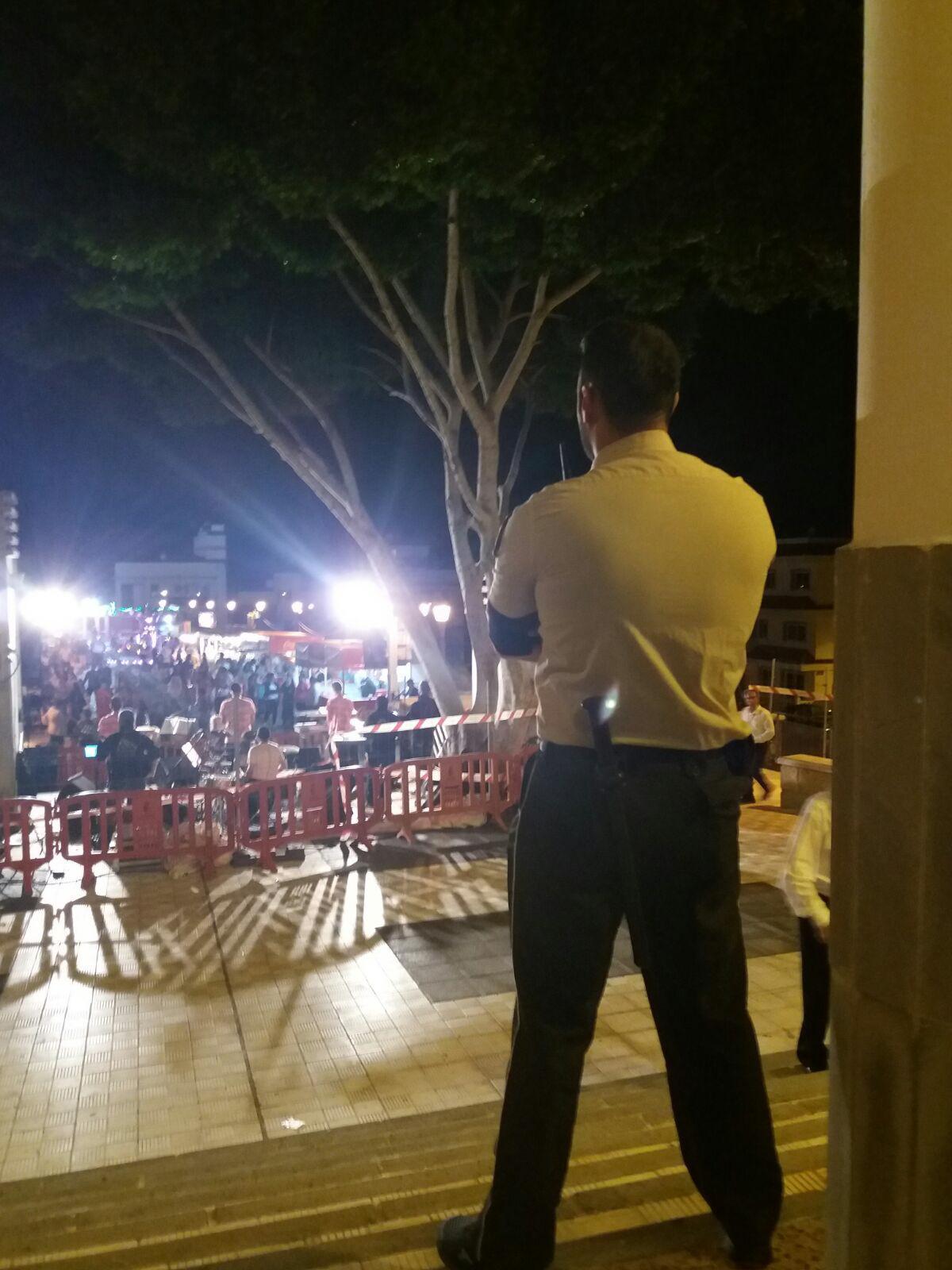 Un vigilante privado, el sábado en las fiestas de La Camella. DA
