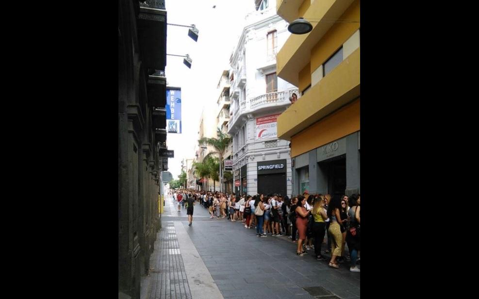 Colas por fuera de un establecimiento en la Calle del Castillo por una promoción | PASEANDO POR SANTA CRUZ