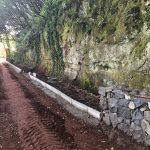 Pretiles de acera y muros de piedras adornan ahora esta pista. M-T