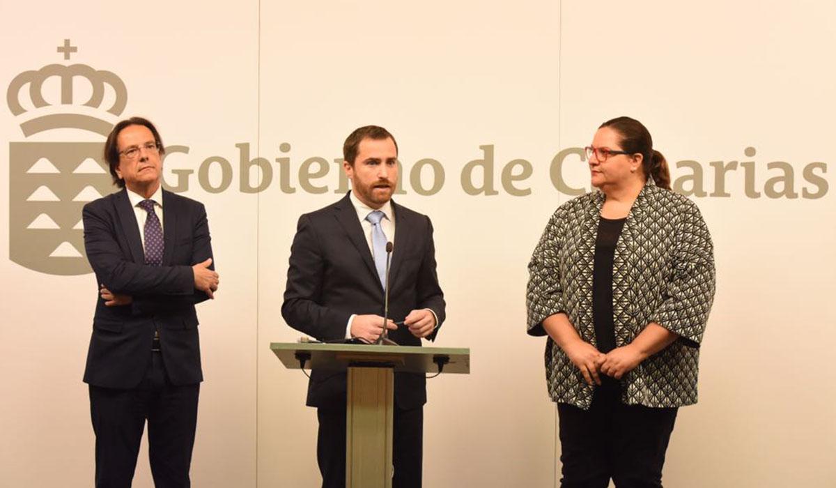El consejero de Turismo, Isaac Castellano (en el centro), durante la presentación ayer del nuevo borrador que regula el alquiler vacacional. DA