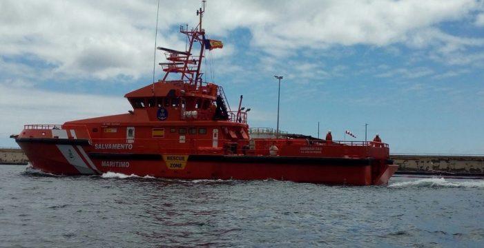 Arriesgan su vida para salvar a 33 personas de una patera en aguas de Canarias
