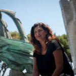 Carmen Luisa Castro, frente al monumento a Franco en Santa Cruz. / FOTO: Fran Pallero