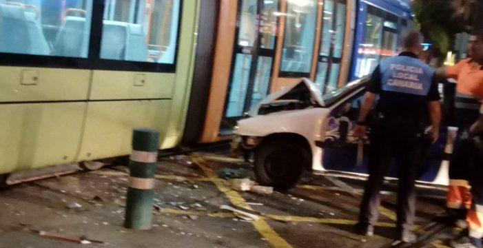 Violento choque de un turismo contra el tranvía frente al Cine Víctor
