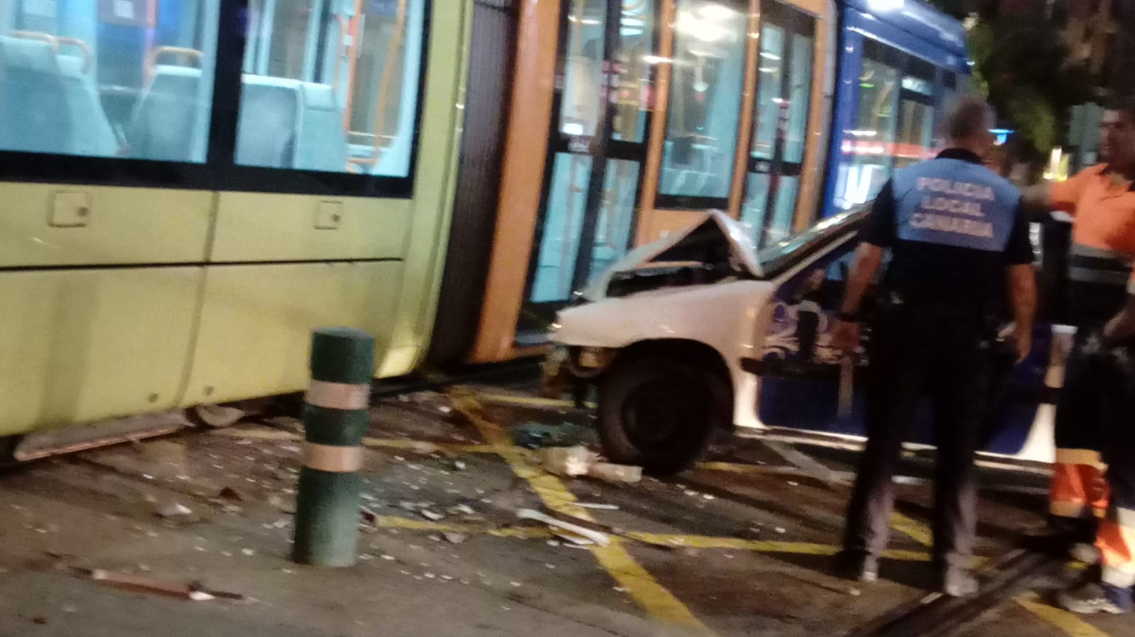 Violento choque entre un turismo y un tranvía en Santa Cruz. / DA