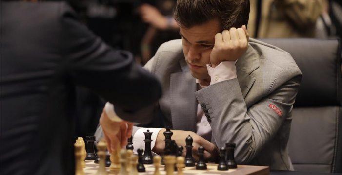Carlsen gana a Caruana en el desempate y sigue siendo el mejor