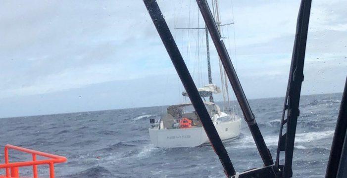 Auxilian a un velero con una vía de agua a 81 millas de Tenerife