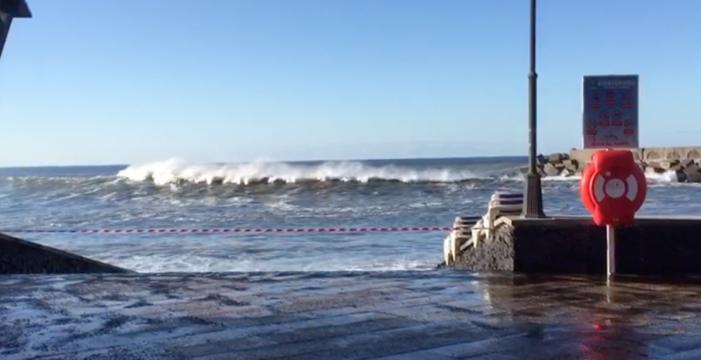 El mar bate con fuerza en la costa de La Palma y obliga a cerrar una playa