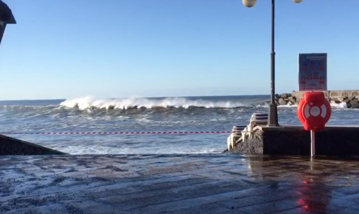El mar bate con fuerza en la costa de La Palma y obliga a cerrar una playa. / DA