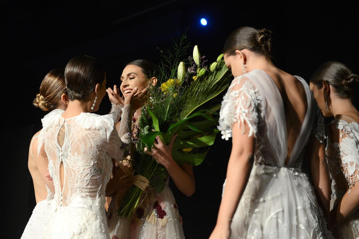 Ariadna Fregel es felicitada por el resto de concursantes sobre el escenario / Foto: Sergio Méndez