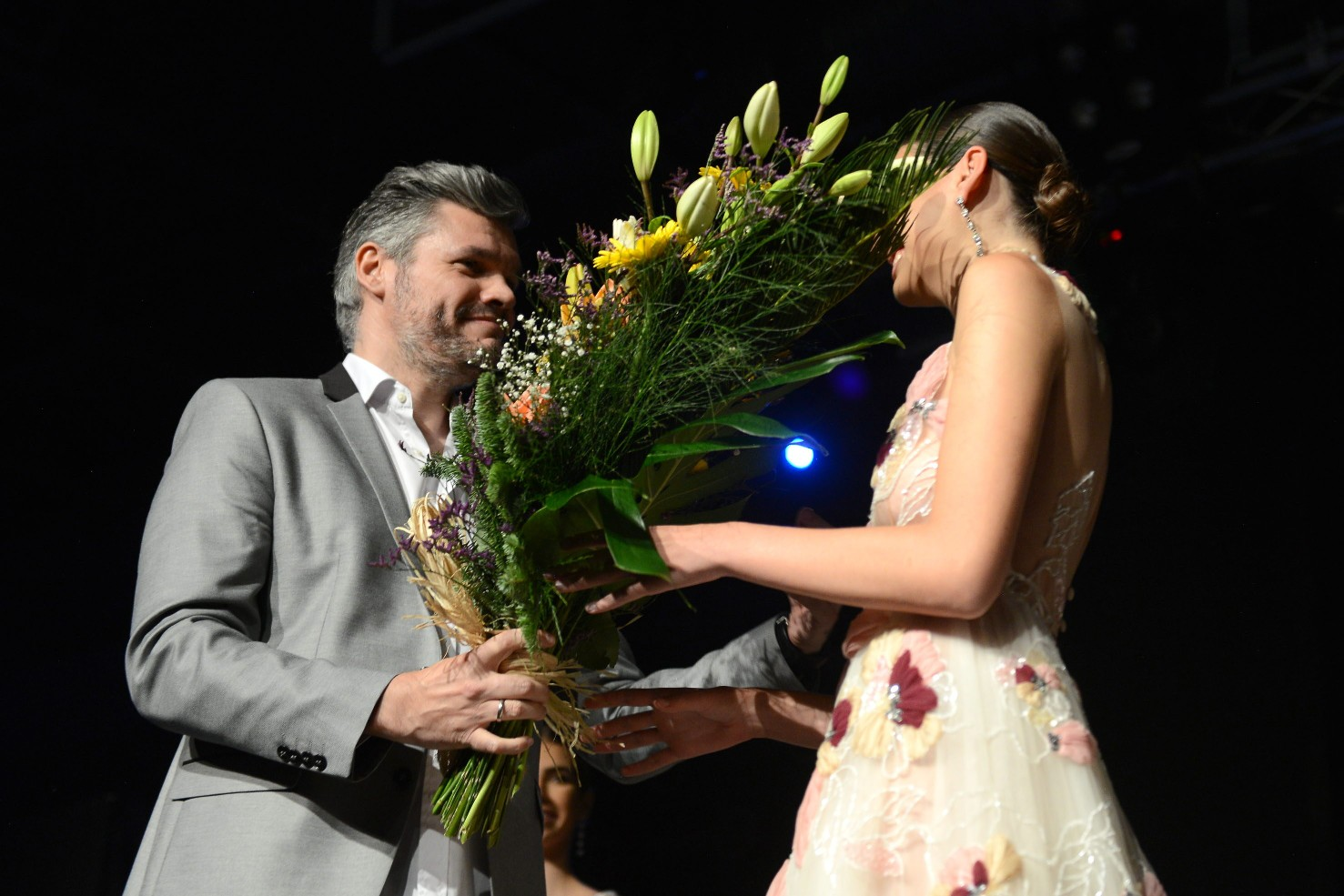 Juan Carlos Pérez, director de Quiero ser Reina, felicita a la ganadora Ariadna Fregel / Sergio Méndez