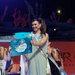 Ariadna Fregel muestra al público el premio del que haría entrega a la murga La Traviata / Foto: Fran Pallero