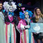 Ariadna Fregel entrega su premio a La Traviata junto a la concejal Concejala de Deportes, Educación y Juventud en el Ayuntamiento de Santa Cruz de Tenerife Verónica Meseguer / Foto: Fran Pallero