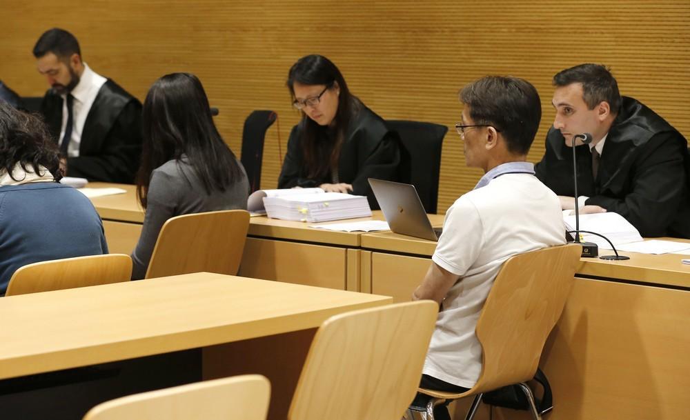 La acusada, con el pelo moreno de espaldas, y el padre de la víctima, ayer, en el juicio que se celebra en la Audiencia de Las Palmas