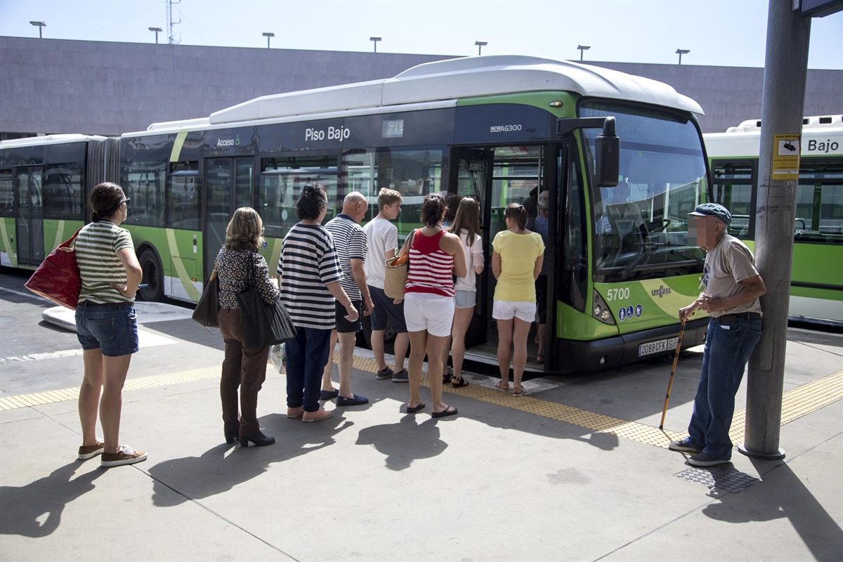 Guaguas de Titsa en la estación de Santa Cruz| EUROPA PRESS