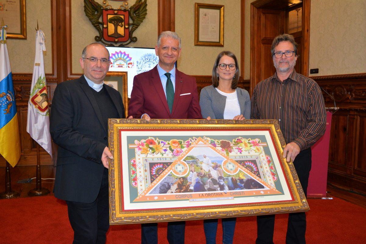 Oscar Guerra, Francisco Linares, Delia Escobar y Domingo González presentaron ayer el boceto del magno tapiz que comienza a prepararse hoy. DA