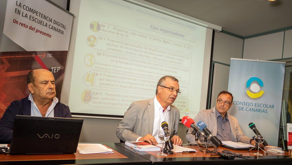 De izquierda a derecha, el técnico José Eladio Ramos, el presidente del Consejo Escolar de Canarias, Ramón Aciego de Mendoza y el vicepresidente Eusebio Dorta durante la presentación del informe.  Mario González