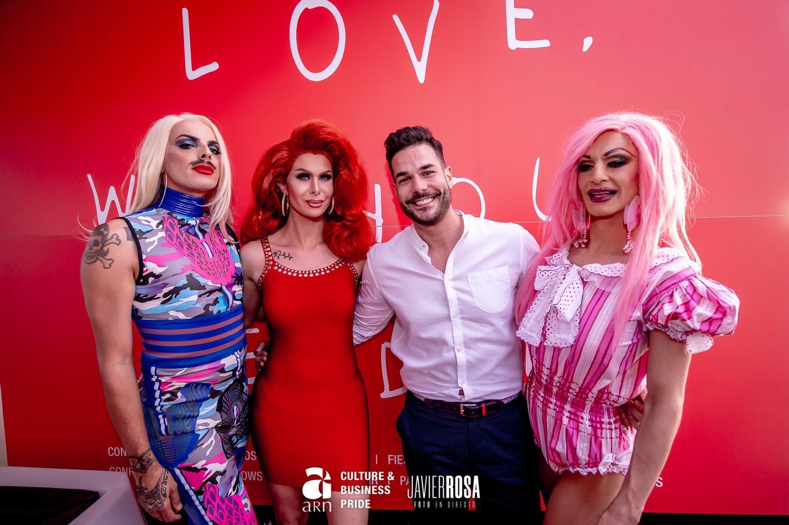Alex Mercurio, junto a dos drag queens en el Pride de Arona que se celebró la semana pasada. | DA