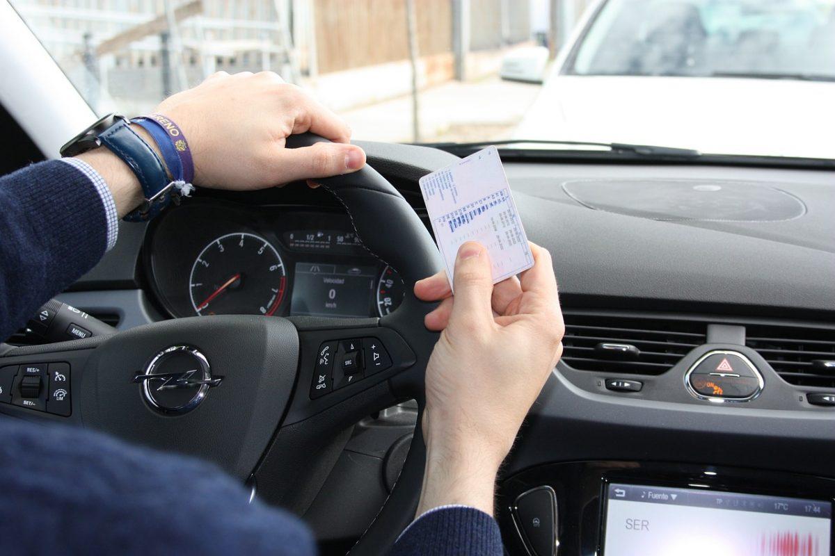 Un hombre con su carné de conducir. Pixabay