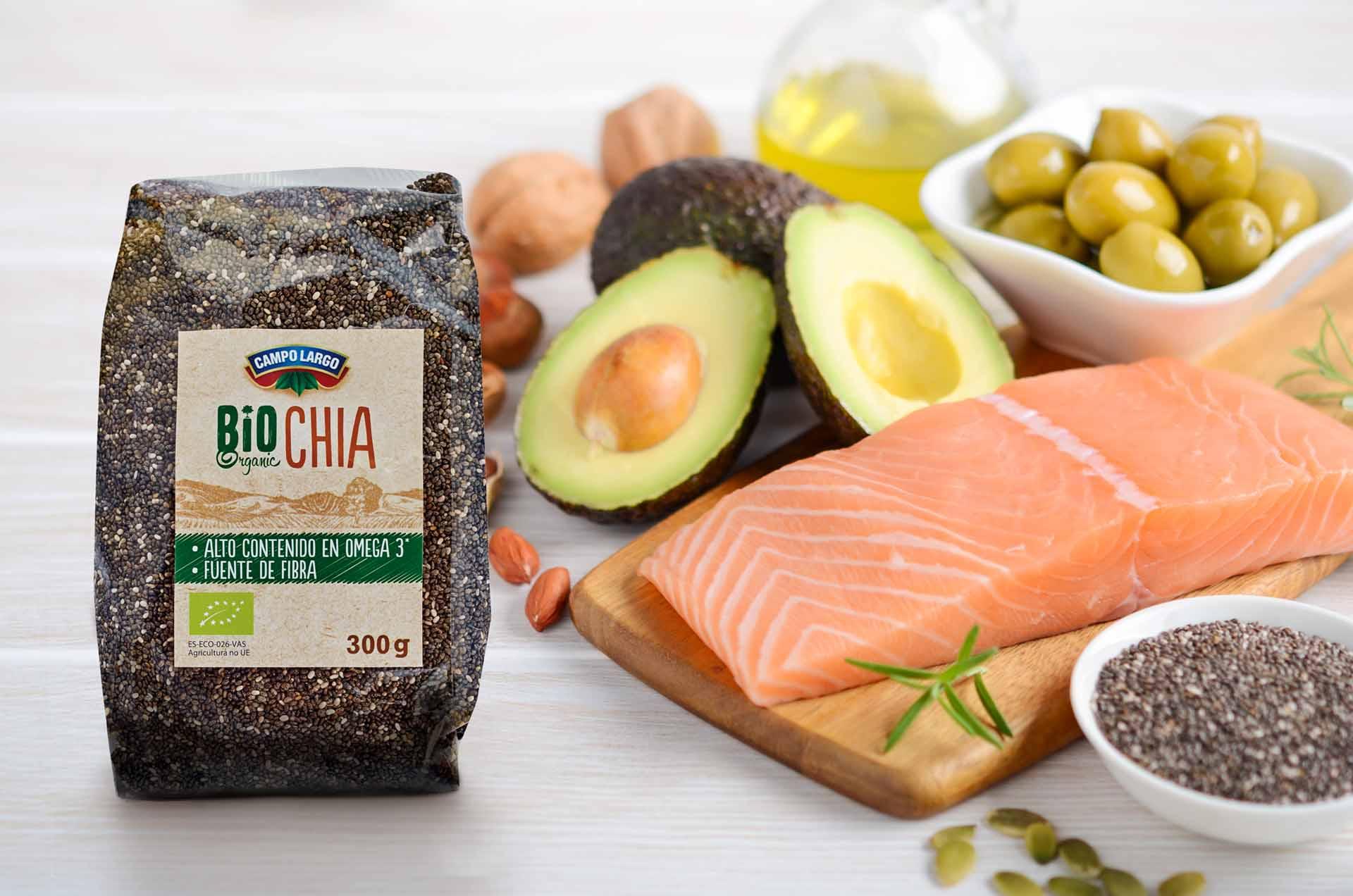 Semillas de chía, nueces y salmón, algunos alimentos con Omega 3 en el supermercado