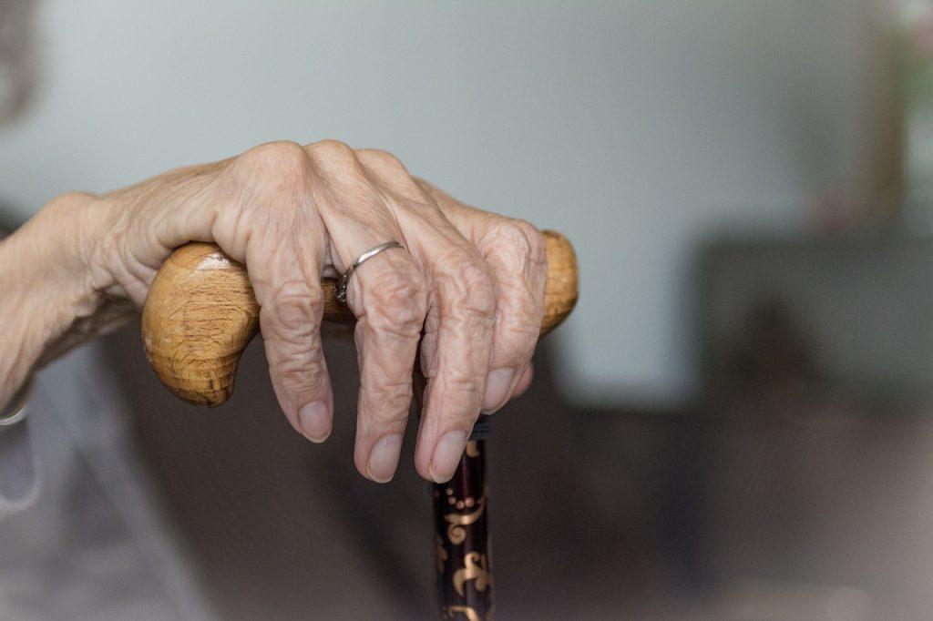 Mano de persona mayor. Pixabay