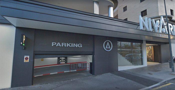 Susto en el 'parking': un niño de dos años queda atrapado en un coche