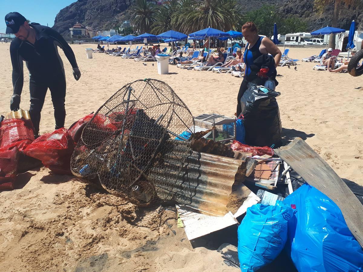 A pesar de las continuas campañas, se sigue encontrando en los fondos de la playa todo tipo de basuras. DA