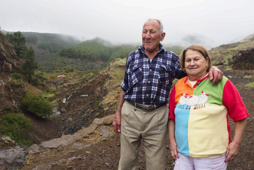 Junto a su esposa Eva, a la que llama 'La Marquesa', por fuera de su vivienda-corral de Chivisaya, en el barranco del linde Arafo-Candelaria / SERGIO MÉNDEZ