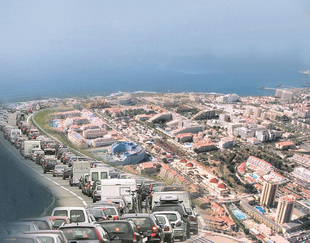 Las colas a diario en la autopista TF-1 son el fiel reflejo de dónde se encuentra el principal centro económico de la Isla, lo que motiva el crecimiento imparable de su población.
