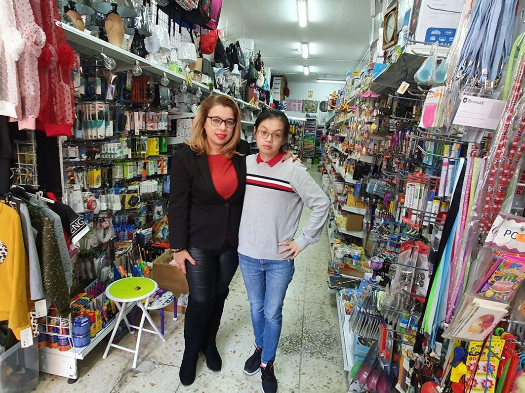 Yurena junto a Susana, la propietaria del bazar chino. Norchi