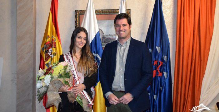 El alcalde de Santiago del Teide recibe a Mily Reyes, candidata a Reina del DIARIO y Tu Alteza
