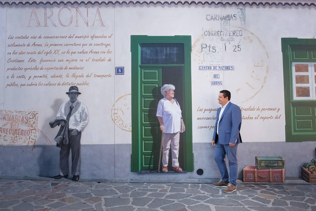 El alcalde, José Julián Mena, junto a uno de los murales. DA
