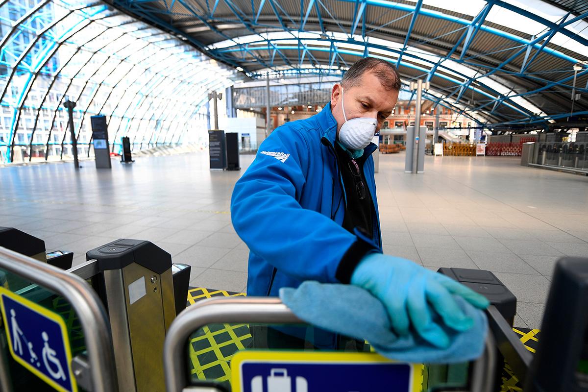 Trabajos de limpieza y desinfección en las estaciones de transporte público en Reino Unido por la pandemia de coronavirus
