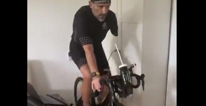 Tiran cubos de agua e insultan a un atleta paralímpico por salir en bicicleta