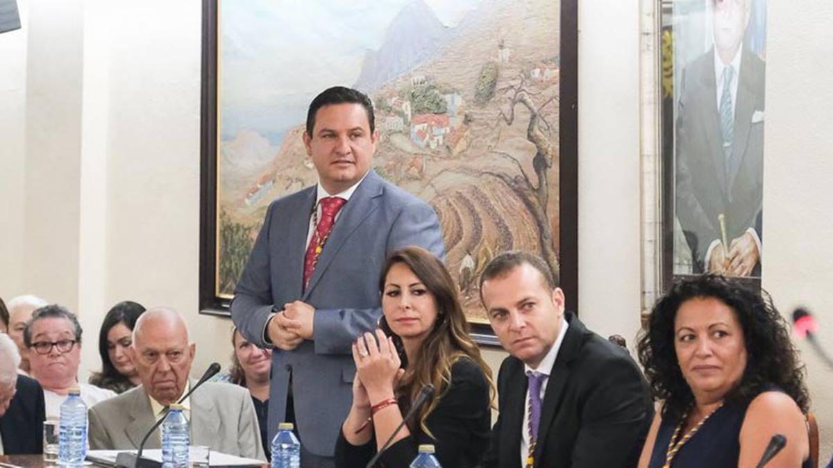 José Julián Mena junto a dos concejales del sector crítico, Dácil León y Pura Martín, y el edil Díaz Oda. DA