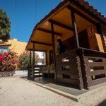 Esta pequeña casa de madera en el jardín es el lugar donde el psicólogo habla con las usuarias. F. P.