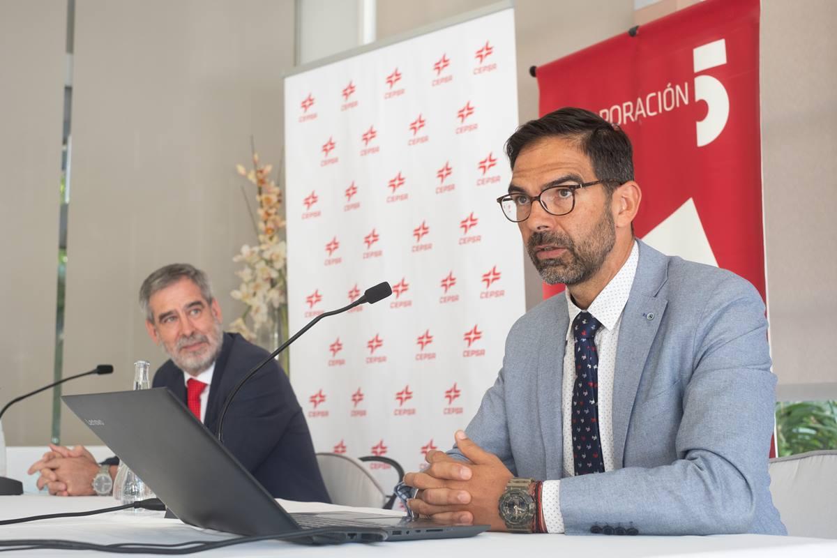 José Manuel Fernández-Sabugo, director de Cepsa en Canarias, y el economista José Miguel González. Fran Pallero