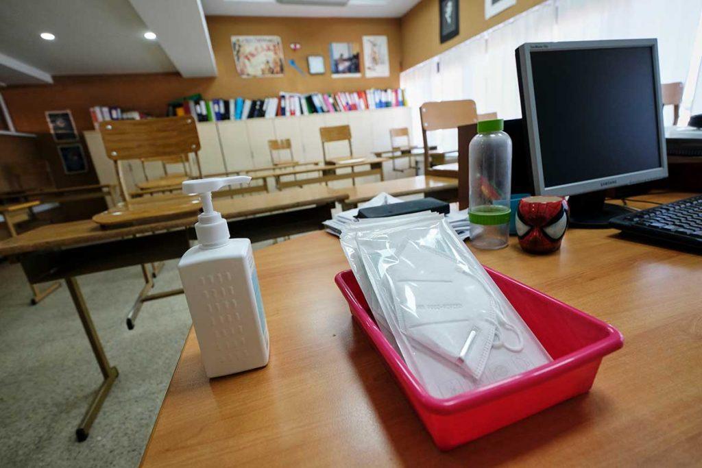 Mascarillas y gel en un aula
