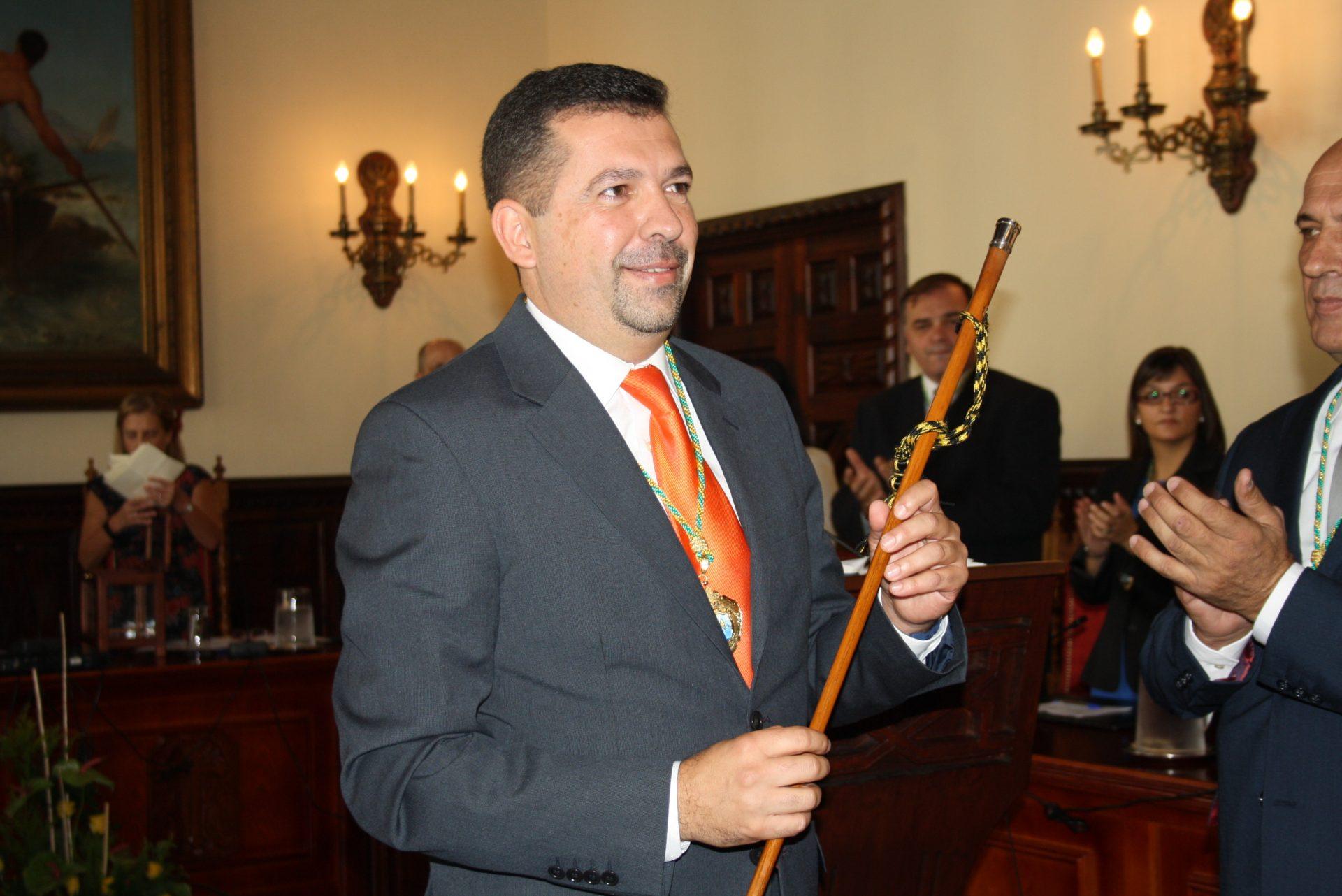 El alcalde de Santa Cruz de La Palma, Juanjo Cabrera Guelmes (PP), en su toma de posesión del bastón de mando en la capital palmera (2019). DA