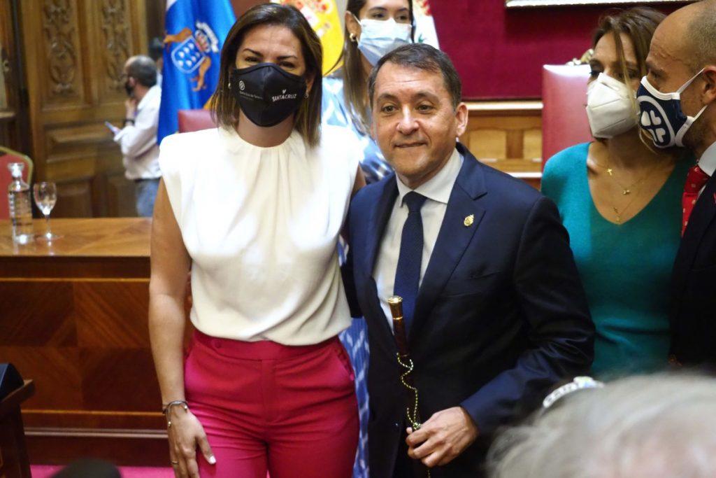 José Manuel Bermúdez junto a Evelyn Alonso tras la moción de censura que le devolvió a la Alcaldía en julio pasado. / S. M.