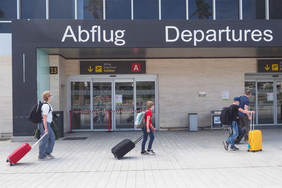 Turistas aeropuerto Tenerife Sur