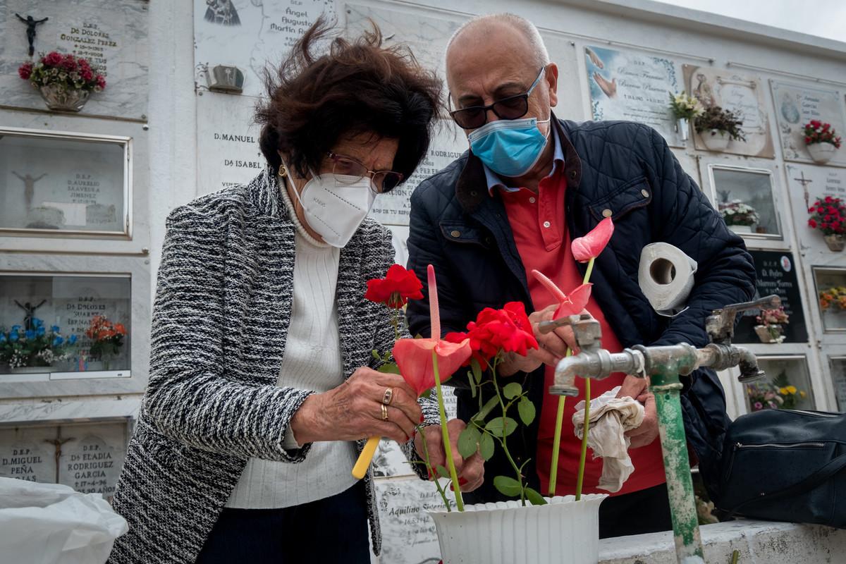 Dos personas ayer en el cementerio de San Luis, el más grande de La Laguna. / FRAN PALLERO