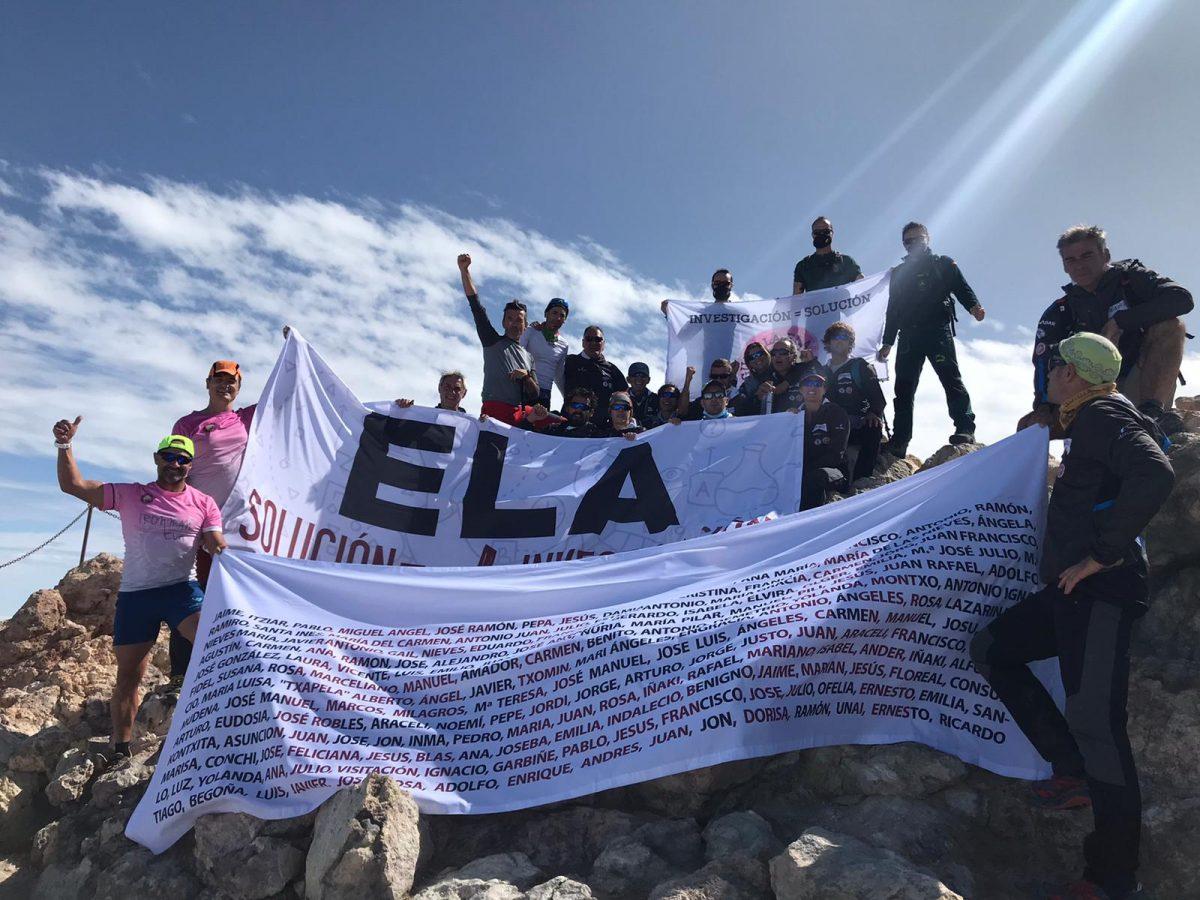 Miguel Ángel y Jaime junto a todo el equipo de TeidEla en la cima más alta de España, recordando a todos los enfermos de ELA. Cedida