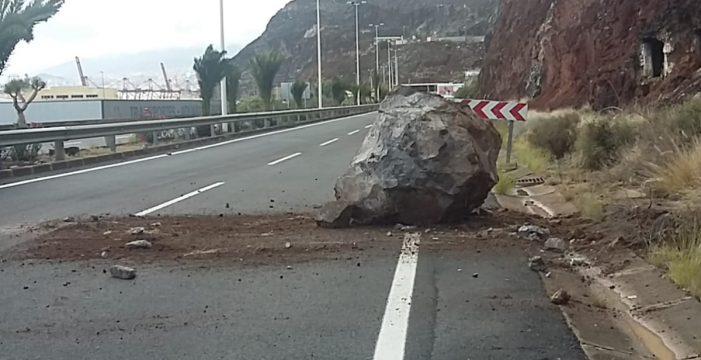 La caída de una roca cierra al tráfico la carretera de San Andrés