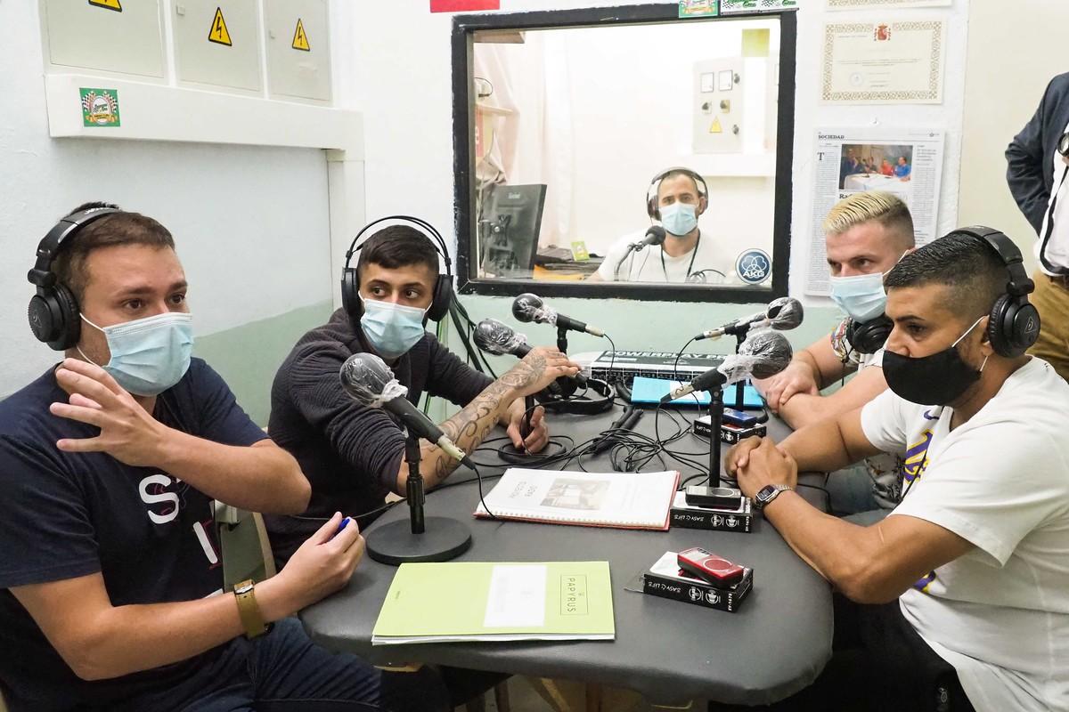 En la radio del Centro Penitenciario Tenerife II, los internos graban píldoras educativas que servirán a otros reclusos para reforzar los contenidos dados presencialmente en clase. FOTO: Sergio Méndez