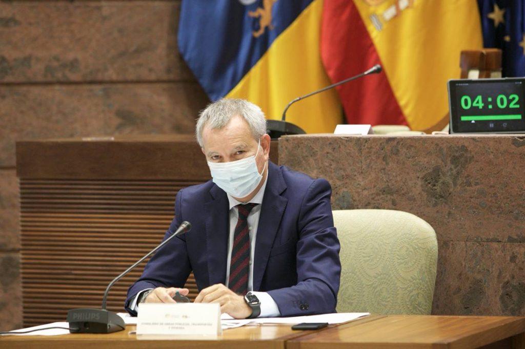 El consejero de Obras Públicas, Transportes y Vivienda, Sebastián Franquis, en la comisión parlamentaria. DA