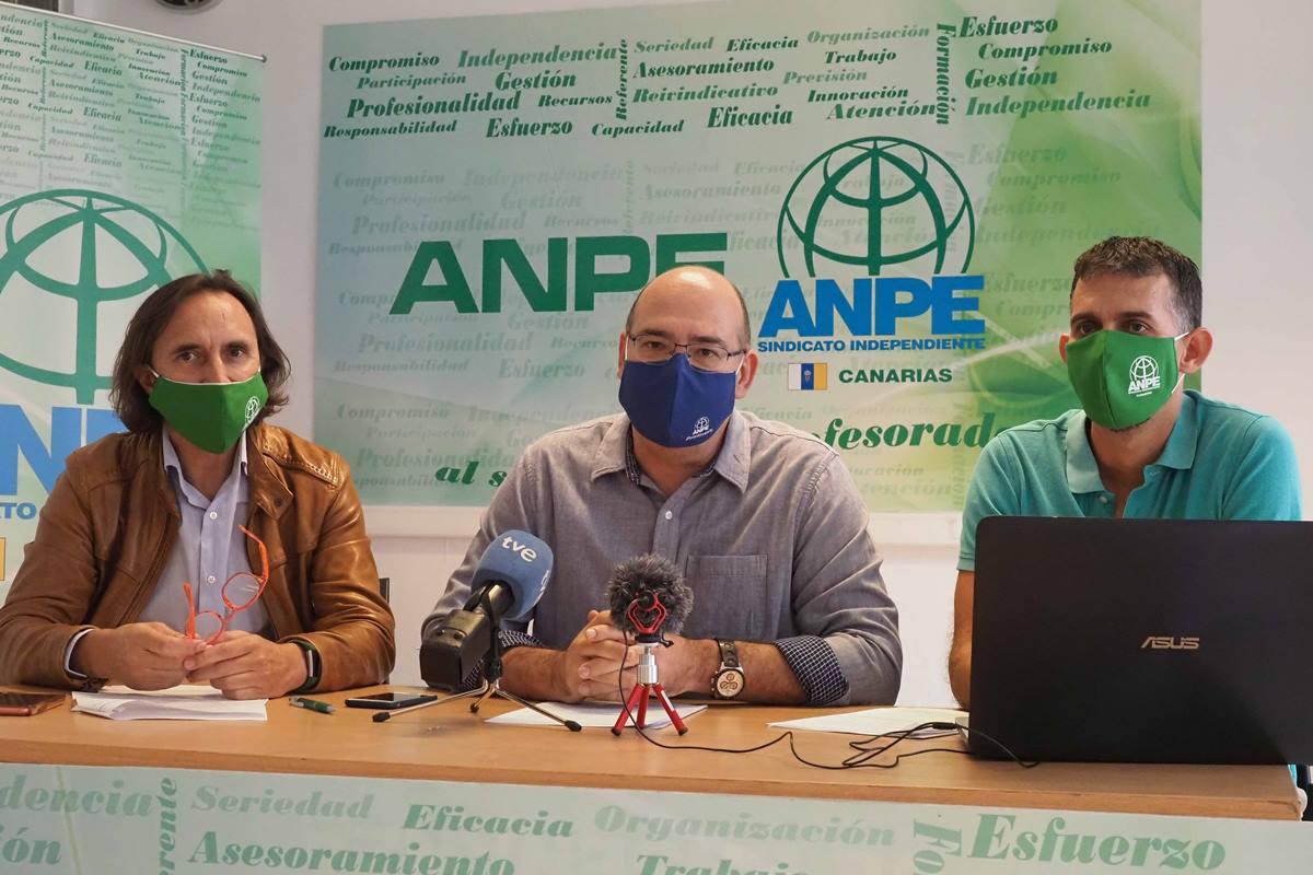 El presidente de ANPE, Pedro Crespo, entre Bernardo Huerga y Domingo Rodríguez, los Defensores del Profesor de ambas provincias. Sergio Méndez