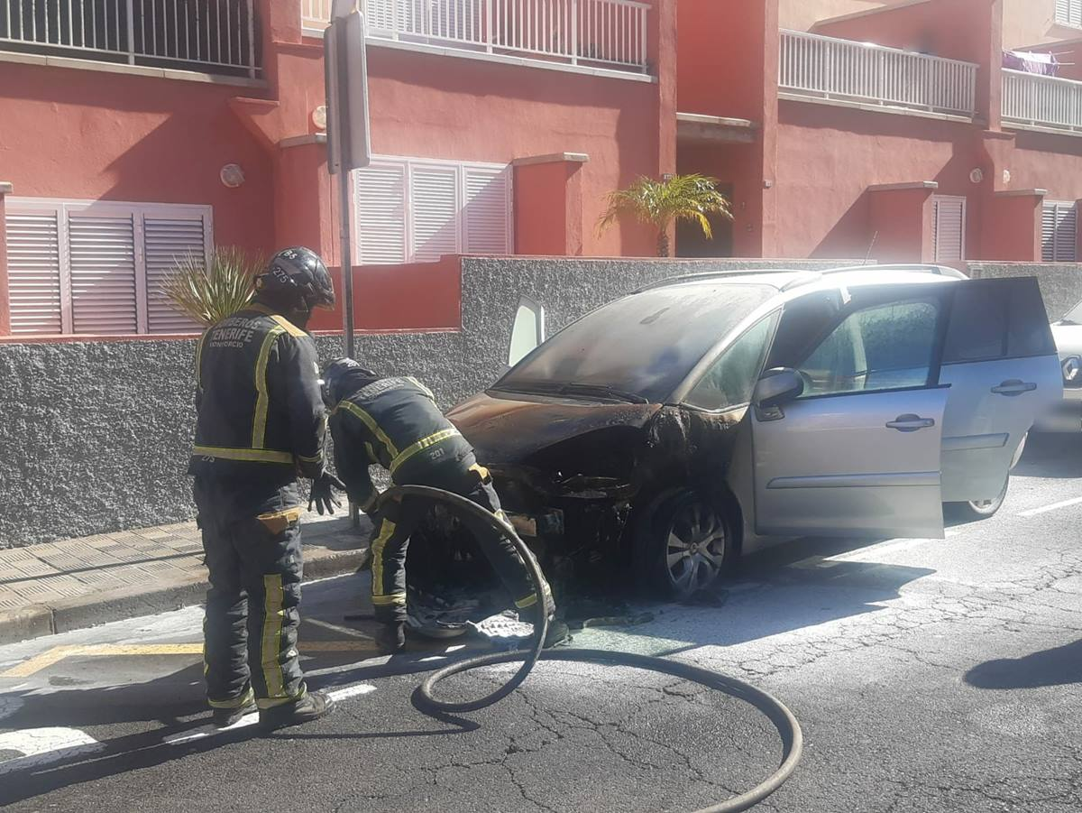 Incendio de un vehículo en la Finca España. Bomberos de Tenerife